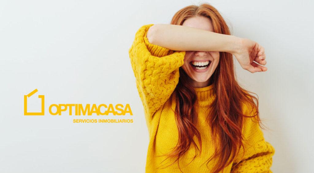 mujer sonriendo con logotipo optimacasa
