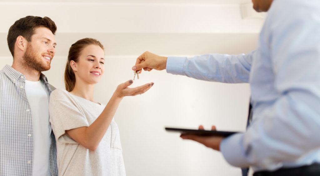 pareja comprando con optimacasa la mejor inmobiliaria de madrid