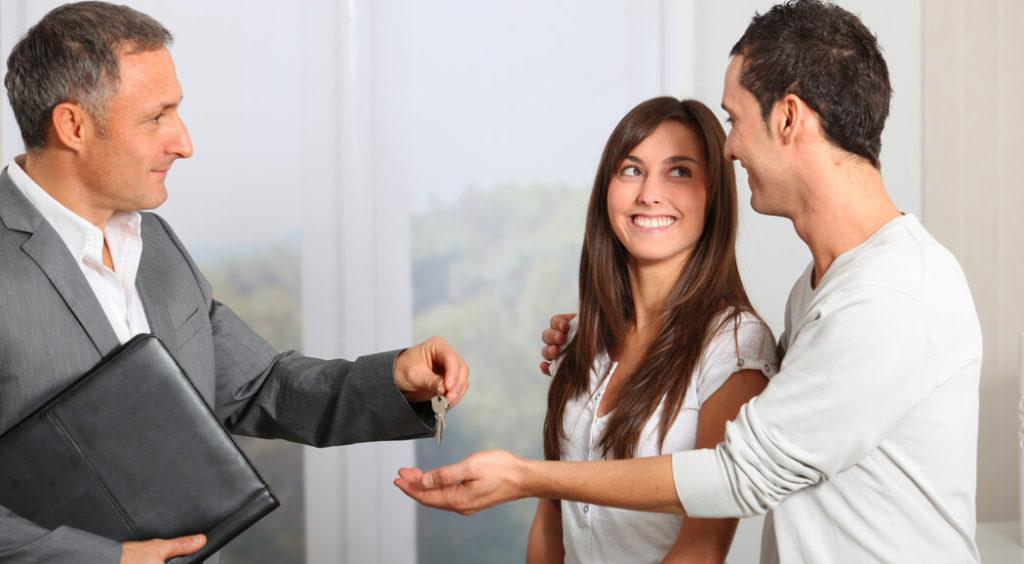 pareja comprando vivienda con optimacasa