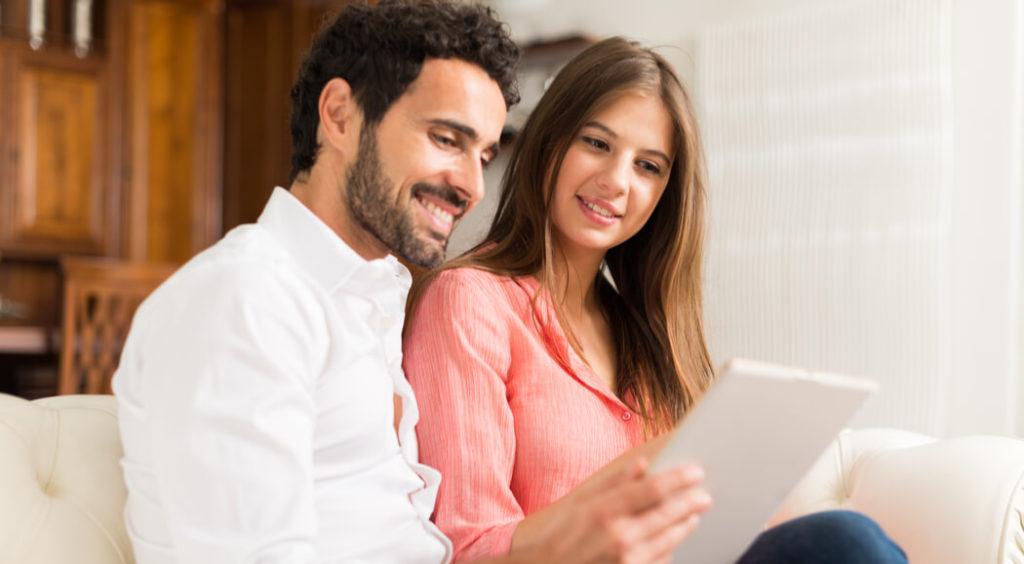 pareja mirando papeles para comprar vivienda